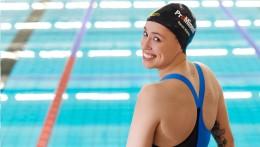 Спонсорство от ProMinent заметно - на спортивной форме Сары Кёлер и на её шапочке для купания.